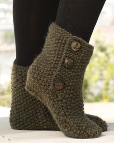 Socks & Slippers - Free knitting patterns and crochet patterns by DROPS Design Loom Knitting, Knitting Socks, Knitting Patterns Free, Free Knitting, Crochet Patterns, Free Pattern, Pattern Ideas, Crochet Design, Crochet Slipper Boots