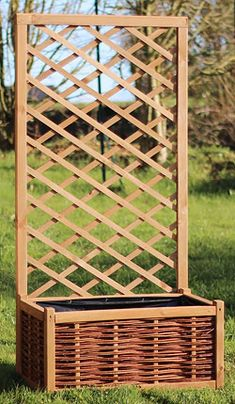 Bac en bois, avec treillis claustra pour supporter les plantes grimpantes ou cacher un endroit