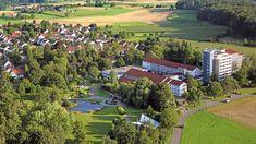 🔴 Educația germană iși spune din nou cuvântul!👍 🟡 Tabăra de limbă germana, de la Bad Schussenried ( campus cu 2000 de studenti in vremurile bune), s-a desfășurat și vara aceasta, in vreme de pandemie, exemplar. 🟡 Barbara, Karola, Bianca, Mircea si Alexandru, după o vacanță de 3 săptămani petrecută aici, au revenit acasă mai fericiți, mai buni și mai încrezători in capacitatea lor de comunicare în limba germană! 🟡 Acestea sunt doar câteva motive pentru care trebuie să vii și tu, să… Bad Schussenried, Golf Courses, Student