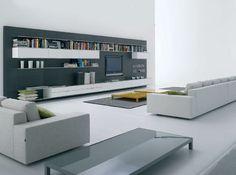 mdf ELEVENFIVE. Librería de DM pintado de blanco o gris, contrachapado roble gris ceniza o revestido con chapa de aluminio.