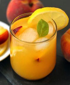Honey Sweetened Fresh Peach Lemonade - pinning this for summertime