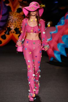 The complete Moschino Resort 2017 fashion show now on Vogue Runway. Fashion 2017, Street Fashion, Runway Fashion, Boho Fashion, High Fashion, Fashion Show, Fashion Looks, Fashion Outfits, Fashion Design
