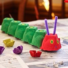 The Very Hungry Caterpillar Egg Carton Craft--perfect for our Eric Carle week at. - The Very Hungry Caterpillar Egg Carton Craft–perfect for our Eric Carle week at homeschool. Kids Crafts, Toddler Crafts, Preschool Crafts, Toddler Activities, Projects For Kids, Diy For Kids, Easy Crafts, Family Crafts, Preschool Ideas