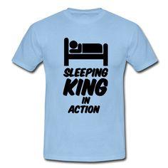 Sleeping King in Action - Witzige Shirts und Geschenke, für alle, die gerne schlafen. #schlafen #schlaf #langschläfer #sleeping #king #könig #faul #faulpelz #faulenzen #erholen #erholung #ruhe #träumen #traum #lustig #sprüche #shirts #geschenke