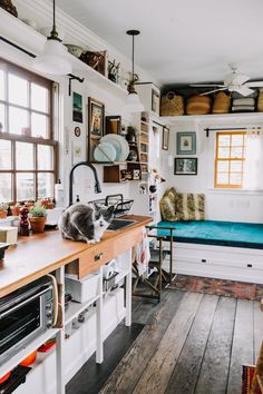 Petite maison simple : un havre de paix de - ClemAroundTheCorner in 2020 (With images) Small Room Design, Tiny House Design, Maximize Small Space, Small Spaces, Tiny House Living, Small Living, Living Room, Little Houses, Tiny Houses