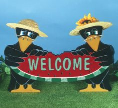 Crows Welcome Sign Pattern Make this adorable pair of crows then decorate them with small straw hats and wire glasses. #diy #woodcraftpatterns