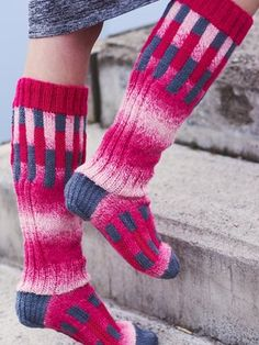 Sock designer Minna Metsänen designed Palkki, a sock with a pattern of compact rectangles. The sock features single-coloured Novita 7 Brothers Lappi and Novita 7 Brothers Pohjola, a slide-coloured yarn. 4 Ply Yarn, Wool Yarn, Wool Socks, Wool Sweaters, Crochet Pillow, Knit Crochet, Knitting Patterns, Crochet Patterns, Intarsia Knitting