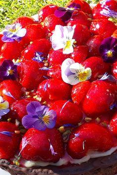 Jordbærtærten er en klassiker og denne smager bare godt.  Kig ind på Bagetid.dk hvor du finder opskriften og kan købe bageredskaberne som er brugt til tærten, samt mange andre spændende bageartikler. Strawberry, Fruit, Vegetables, Food, Blogging, Strawberries, Veggie Food, Vegetable Recipes, Meals
