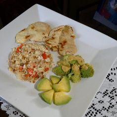 El almuerzo de hoy • Pechuga a la plancha • Arroz de coliflor • Brocoli con aderezo de calabacín • Aguacate  Arroz de coliflor:  Saltea en una sartén pimenton, cebolla, ajo. Añade el arroz de coliflor (muele el coliflor crudo en la licuadora hasta triturarlo todo). Mueve y deja cocinar un rato, condimenta con una pizca de sal marina y ajo (yo utilice minced garlic in olive oil de badia). Sirve y listo!  #DatosFit #IdeasFit #VidaSaludable #NoEsDieta #ComidaSaludable #Lunch #HealthyFood…