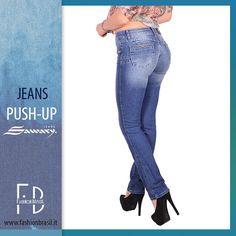 Jeans push - up marca Sawary. Vita  medio- bassa, tasche anteriori finte. Applicazioni su tasche anteriori e posteriori. Tessuto morbido e comodo. acquista ora: fashionbrasil.it