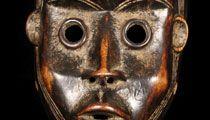 """Maschera DAN/YACOUBA. Maschera di danza. Presso i Dan le maschere sono """" spiriti della brousse"""". Il portatore della maschera gode di uno stato elevato nella gerarchia del villaggio. Colui che non rispetta le maschere commette un grave crimine. Cultura DAN. COSTA D'AVORIO. Materiali: legno duro a patina lucida. Altezza: 26 cm. Provenienza: ex collezione missionaria ex collezione privata F.D."""