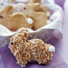 Honey-Glazed Bunny Biscuits These little coconut-covered rabbits are adorable and delicious Easter Recipes, Holiday Recipes, Dessert Recipes, Easter Desserts, Vol Au Vent, Good Food, Yummy Food, Honey Glaze, Cookies Et Biscuits