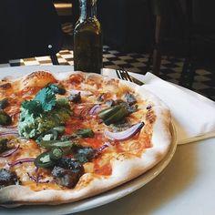 Pizza Hver mandag og søndag er det pizza med deilig sprø bunn som gjelder hos oss på Kolonialen - som f.eks denne med biff & guacamole serveres fra kl.11.00 mandager og fra 12.00 søndager. Velkommen! #kolonialenbislett #pizza #pizzatime av kolonialen_ http://ift.tt/22H3qIr