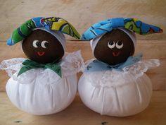 Baianinhas gorduchinhas que podem ser usadas como sache e ou bibelô. Elas vem com cheirinho de lavanda. Confeccionada em chita e tricoline. Enchimento antialérgico. O preço acima refere-se a uma unidade. Por favor verificar disponibilidade da estampa. O valor do frete não está incluso ... Crafts To Do, Felt Crafts, Easter Crafts, Fabric Crafts, Sewing Projects, Projects To Try, African Dolls, Potholder Patterns, African Crafts