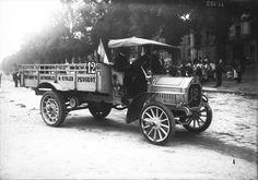 11-08-1910, (Concours d'endurance de camions industriels organisé par le Ministère de la guerre et l'Automobile club de France, pesage à Versailles) le camion Peugeot n° 12. Photographie de presse / Agence Rol