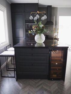 Kitchen Living, Kitchen Decor, Scandinavian Kitchen, Industrial House, Interior And Exterior, Interior Design, Black Kitchens, Kitchen Flooring, Small Apartments