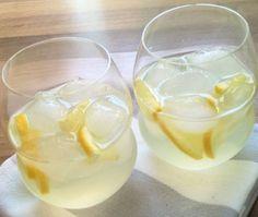Zelfgemaakte citroenlimonade. Zacht zurig & heerlijk verfrissend om zelf te maken deze zomer. Slechts 10 minuten 'werk'en zó ontzettend lekker!