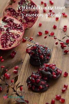 Kiedy najdzie Cię ochota na coś słodkiego nie musisz wcale rezygnować z odrobiny czekolady. Ten przepis okazał się hitem w moim domu. Jest idealny na tę porę roku, ponieważ mamy sezon na owoce granatu. Gorzką czekoladę rozpuszczamy w kąpieli wodnej. Nakładamy po małej łyżeczce na papier do pieczenia i posypujemy owocami granatu. Powtarzamy tak samo z drugą warstwą. Wkładamy do lodówki na godzinkę. Smacznego. www.fitlinefood.com