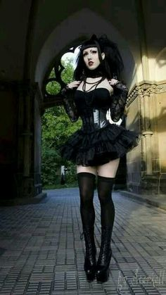 Top Gothic Fashion Tips To Keep You In Style. As trends change, and you age, be willing to alter your style so that you can always look your best. Consistently using good gothic fashion sense can help Goth Beauty, Dark Beauty, Dark Fashion, Gothic Fashion, Steampunk Fashion, Goth Victorien, Estilo Dark, Goth Women, Sexy Women