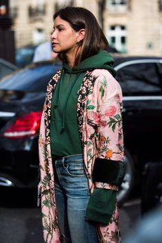 Un hoodie vert sous un manteau vintage en soie imprimée: cool.
