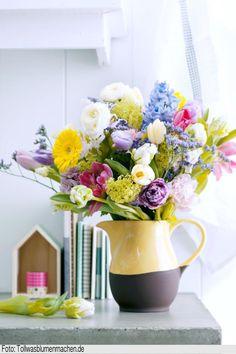 Ein zweifarbiger Krug im modernen Dip-Dye-Look für Eure Frühlingspflanzen :) Näherer Infos hierzu sowie mehr hübsche Frühlingsdeko-Ideen gibt es hier: http://www.roomido.com/wohntrends-einrichtungstipps/dekoideen/fruehlingsvorboten-zimmerpflanzen-und-blumens.html #fruehling #pflanzen #blumen #wohnen #deko