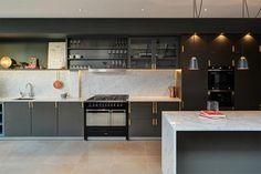 Una cocina con lucernario en Londres · A kitchen with skylights in London…