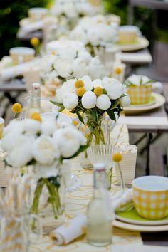 Weiße Blumen mit gelben Akzenten