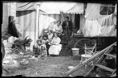 Fans of HBO's short-lived period drama Carnivale will likely appreciate these vintage black and white gems that were recently unearthed by Retronaut. In the photos of UK circus caravans, we m… Vintage Gypsy, Vintage Circus, Vintage Black, Old Photos, Vintage Photos, Gypsy Wagon, Gypsy Life, Big Top, Historical Pictures