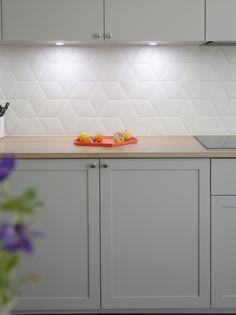 18 Trendy Ideas For Apartment Kitchen Makeover Tile - 18 Trendy Ideas For Apartment Kitchen Makeover Tile - Kitchen Splashback Tiles, Kitchen Cabinets, Glass Kitchen Tiles, Modern Kitchen Backsplash, White Tile Backsplash, Grey Cabinets, Backsplash Ideas, Kitchen Countertops, Kitchen Appliances