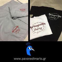 T-shirt 100% cotton, με κέντημα στην πλάτη το logo της επιχείρησης artopolis και ποδιές αρτοποιείου από ύφασμα καμπαρτίνα, 35% Polyester - 65% Cotton με κέντημα το logo της επιχείρησης.