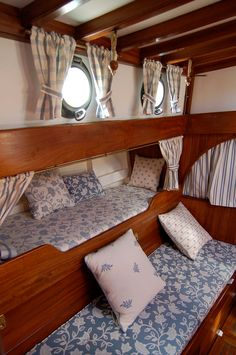 Look at this intersting sailboat pictures - what a very creative design and development Sailboat Interior, Yacht Interior, Interior Office, Yacht Design, Boat Design, Boot Dekor, Liveaboard Boats, Boat Bed, Sailboat Living