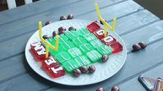 A boozy stadium with team spirit! Gelatin Recipes, Jello Shot Recipes, Snacks Recipes, Healthy Recipes, Game Day Snacks, Game Day Food, Fun Food, Birthday Cake Shots, Thanksgiving Day Football