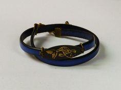 Bracelet en cuir bleu.