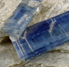 Kyanit (Disthen) 1.5 cm von der Alpe Sponda / Kyanite 1.5 cm Alpe Sponda / Switzerland Copyright: Thomas Krauer Switzerland, Cube, Swiss Alps, Gemstones, Minerals, Rhinestones
