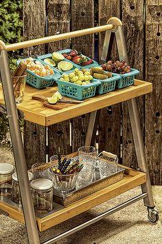 CAIPIRINHA - Em cestas coloridas, as frutas ficam expostas como na feira. Lembre-se de deixa tábua e faca à disposição. Bandeja de zinco Tok