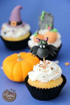 Halloween is coming ! Oh la la, qu'est ce qu'on a hâte ! Les citrouilles, les sorcières, les chauve-souris… On a-do-re ! Halloween nous inspire pour les gâteaux, les tartes, les cupcakes… et surtout les modelages ! Les lutins ont préparé un super tutoriel pour le Cake qu'on Fait du mercredi, pour réaliser avec vos petits monstres, des toppers de cupcakes en pâte à sucre. C'est simple et rigolo à faire ! Parfait pour un goûter effrayant ! Le tutoriel Citrouille Matériel: Pâte à...Lire la...