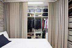 Vaatteiden säilytyksen haluttiin olevan avonainen ja tilava. Ikeasta löytynyt säilytysratkaisu on muunneltavissa tarpeiden mukaan. Kiskoilla kulkevat, lattiasta kattoon ulottuvat verhot rajaavat tilan makuuhuoneesta. Tuomaksen äiti on ommellut pellavakankaiset verhot.