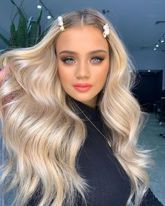 These 30 fall-ready September hairstyles, we see nothing but gorgeous hair days in your future. Thanks to these 31 gorgeous January hairstyles, we see nothing but gorgeous hair days in your future. Winter Hairstyles, Pretty Hairstyles, Glam Hairstyles, High Ponytail Hairstyles, Pulled Back Hairstyles, Blonde Color, Hair Color, Beige Blonde, Blonde Hair Looks