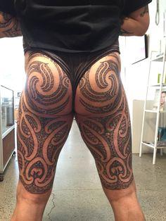 Moko puhoro back view Creative Tattoos, Great Tattoos, Body Art Tattoos, Tribal Tattoos, Maori Tattoos, Hawaiianisches Tattoo, Leg Tattoo Men, Samoan Tattoo, Hot Guys Tattoos