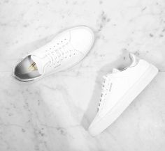 Schneeweiß: Sneaker von Axel Arigato aus Glattleder und mit Silber-Metallic Ferse. Hier entdecken und shoppen: http://sturbock.me/zSI