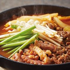 오늘 저녁엔 외식 메뉴, 보양식 못지 않은 푸짐한 일품 요리를 준비해보세요. 달콤한 불고기와 쫄깃한 낙지, 각종 채소를 넣어 보기에도 푸짐해요.