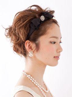 思い切ってカチューシャで上げれば海外セレブ風のハンサムな印象☆ ショートヘアの結婚式列席者におすすめの髪型一覧。