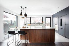 Una inspirante y moderna cocina en Canada por Catlin Stothers Design, el cual lleva un equilibrio perfecto en sus colores y materiales!