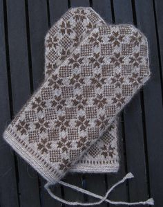 Lappone: Knitting in the old tradition. A contemporary use of an old pattern from Halland in Sweden. The cuff is twined knitting. Love Knitting, Knitting Charts, Knitting Stitches, Hand Knitting, Knitting Patterns, Crochet Patterns, Mittens Pattern, Knit Mittens, Knitted Gloves
