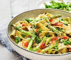 En god och snabblagad pastarätt med färgsprakande vårprimörer. Sparris, morötter och mild salladslök får sällskap av en krämig gräddsås. Blanda ihop allt med pappardellen och ät er mätta.