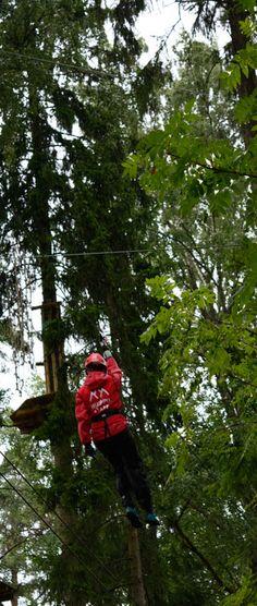 It is the instructors duty to check all the ziplines and courses every morning before the customers use them. They zipline a lot at work! Ohjaajien aamurutiiniin kuuluu liukujen ja ratojen tarkastus. Heillä on melkoisesti liukuvaa työaikaa. #seikkailupuistohuippu #treetopadventure #parcoursaventure #hochseilgarten #espoo #finland
