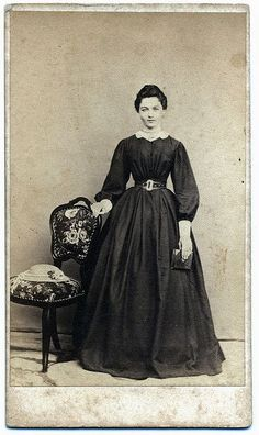 Nice hat and hair. Deep box pleats, wide cuffs, large belt b. Victorian Photos, Victorian Women, Victorian Fashion, Vintage Fashion, Gothic Fashion, Fashion Fashion, Victorian Era Dresses, 1850s Fashion, Steampunk Fashion