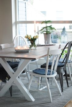 Home - kitchen, table, different chairs, white, zink, fir, rumsgran, olika stolar, bord, vitoljad ek, flowers, roses, roser.