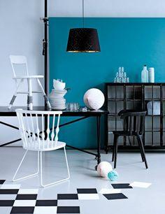 Inspirasjon til spisestuen. Svart spisebord fra Palma, Hippo hvit stol med strømper (på bordet), hvit stol med stål understell og svart metallskap, alle fra Verket Interiør. Svart stol og svart og kobberfarget taklampe fra Ikea.