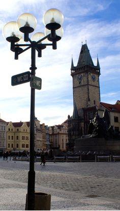 A torre do Relógio (Staroměstský Orloj) na Praça da Velha cidade (Staroměstské náměstí ou Old Town Square)